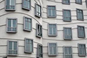 """Окна """"Танцующего дома"""" в Праге"""