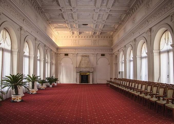 Внутри Ливадийского дворца - парадная столовая