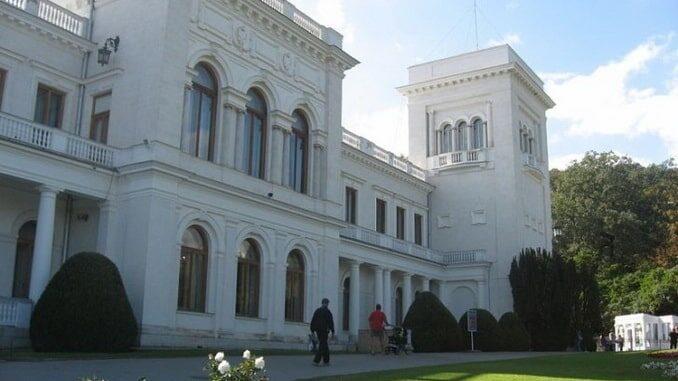 Ливадисйкий дворец в Крыму находится под Ялтой