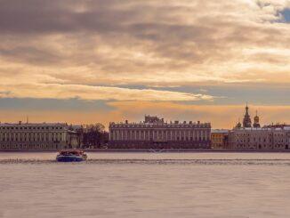 Мраморный дворец в Санкт-Петербурге находится на берегу Невы