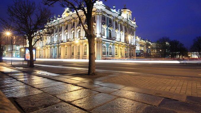 Зимний дворец находится на Дворцовой набережной Санкт-Петербурга