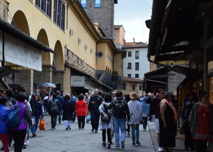 Туристы на мосту Понте-Веккьо во Флоренции