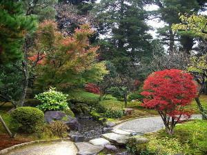 Дорожка в саду Кэнроку-эн