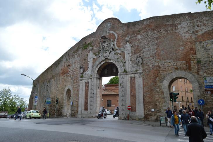 Порта-Камолия, Сиена