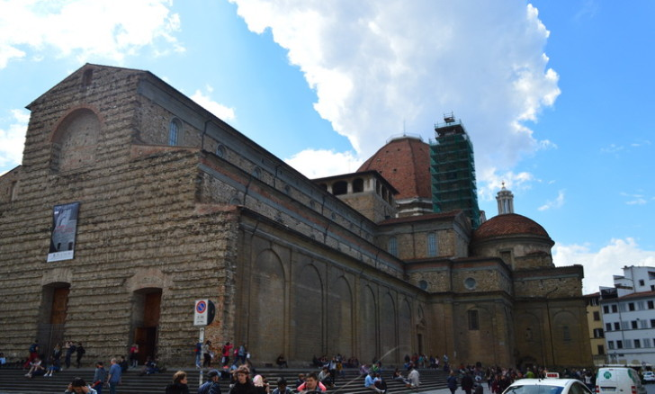 Базилика Сан-Лоренцо, виден купол капеллы Медичи