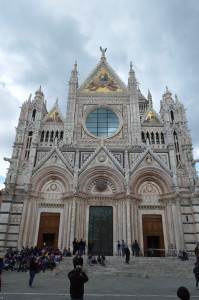 Вход и площадь перед Сиенским собором