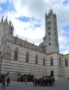 Южный фасад и колокольня Сиенского собора