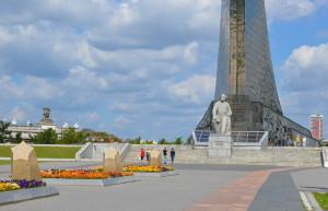 Монумент покорителям космоса и памятник Циолковскому