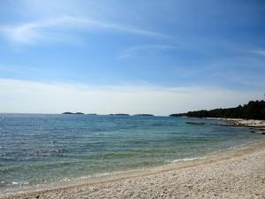 Галечный пляж к югу от Ровиня