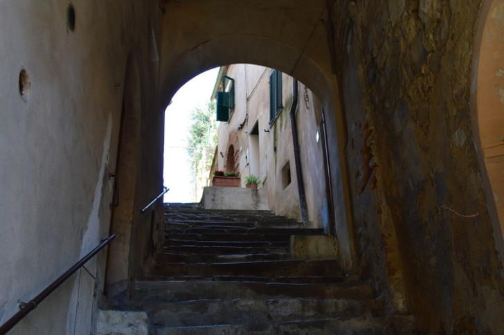 Монтальчино, ступени в старом городе