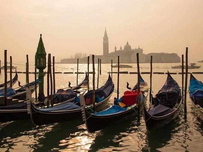 Венеция в дымке, гондолы