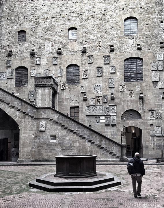Замок Барджелло, внутренний двор