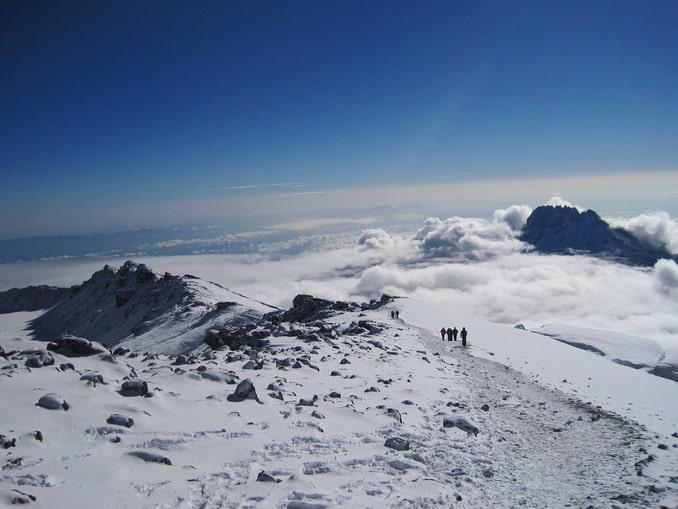 Туристы поднимаются на Килиманджаро