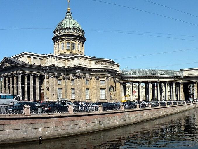 Казанский собор находится около пересечения Невского и канала Грибоедова