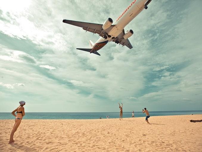 Остров Пхукет: самолет и туристы