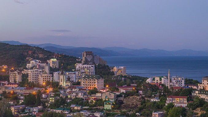 Вид на Алушту, июнь, фото Артём Трофимов