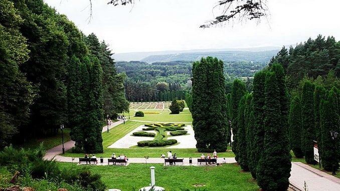 Курортный парк в Кисловодске в июне