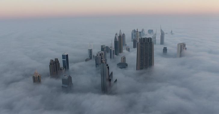ОАЭ, небоскребы в тумане