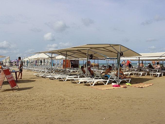 Пляж в Анапе в середине июня, фото Наталья Лексукова / Wikimedia Commons