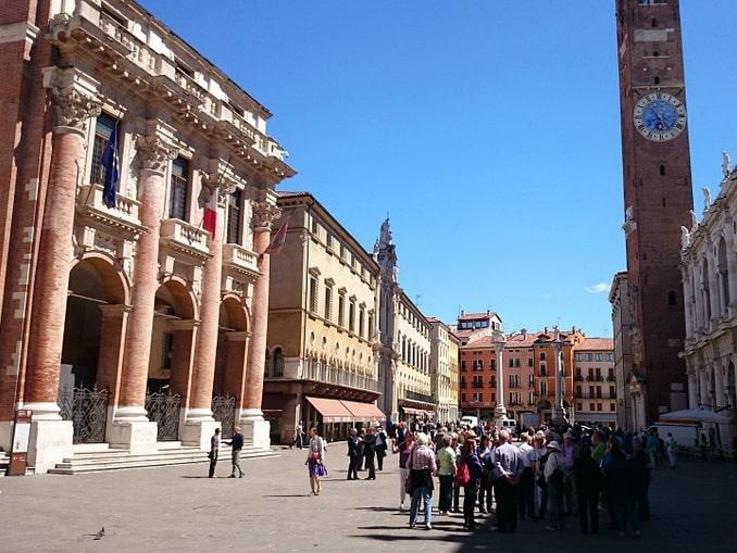 Палаццо дель Капитанио (слева) в Виченце