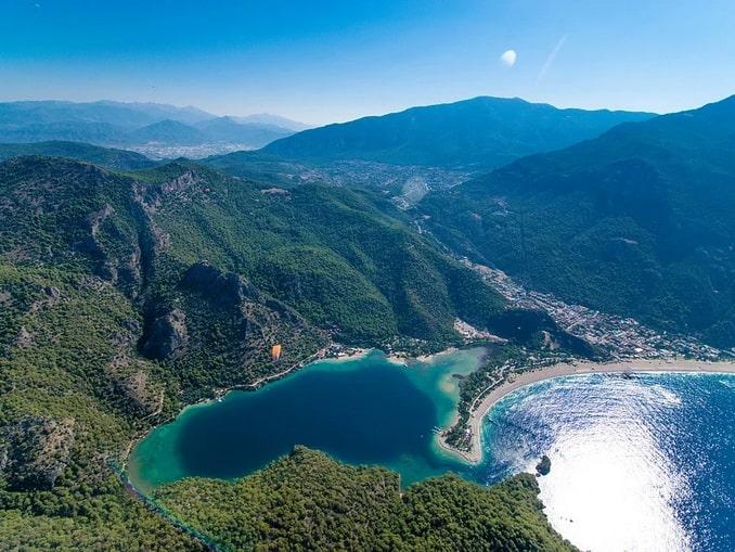 Голубая лагуна в Олюденизе в Турции
