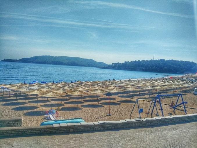 Пляж в Рафаиловичи, курорте Черногории для отдыха с детьми