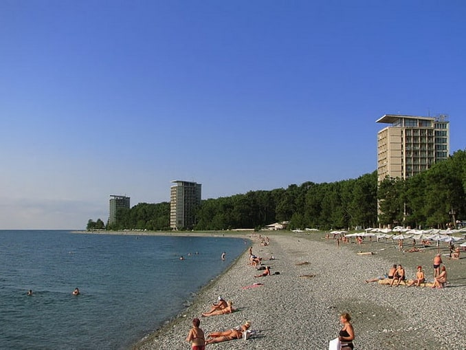 Пляж в Пицунде, Абхазия, май