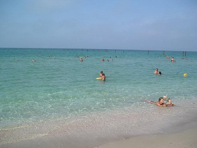 Пляж в Крыму в начале июля
