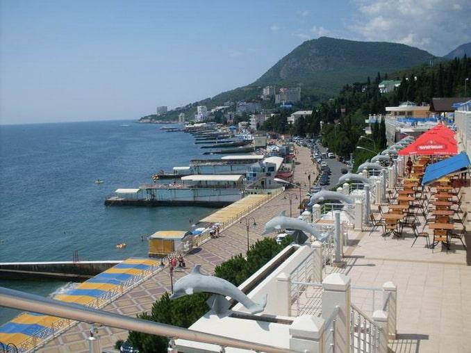 Набережная Алушты в Крыму в июле