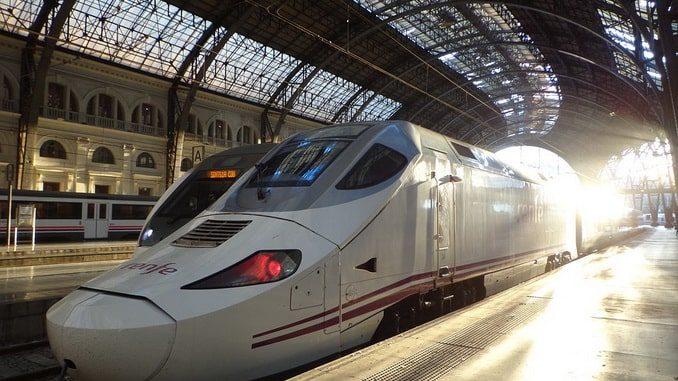 Поезд RENFE на вокзале