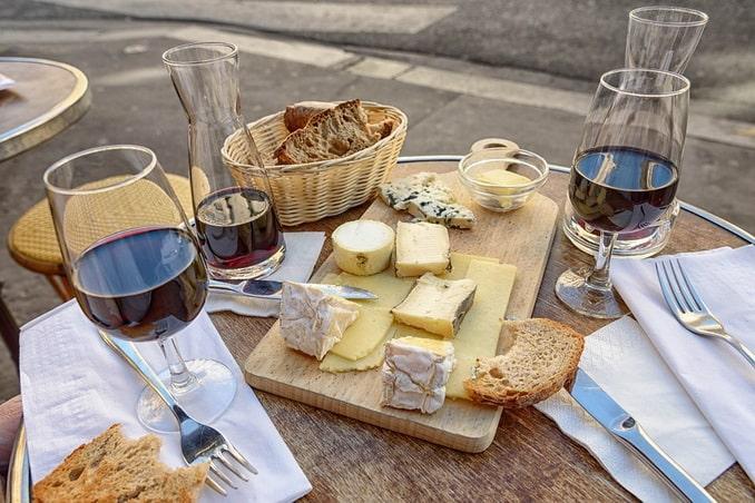 Вино и сыр, кафе во Франции