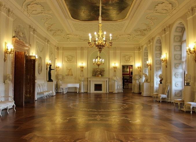 Белый зал Гатчинского дворца - парадный интерьер