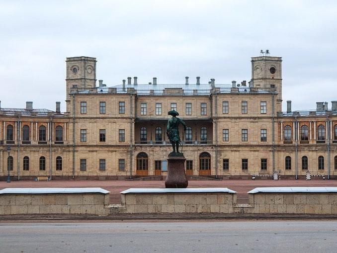 Статуя Павла I перед Гатчинским дворцом