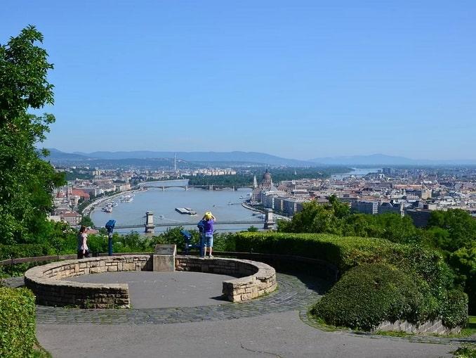 Вид на Будапешт с холма Геллерта