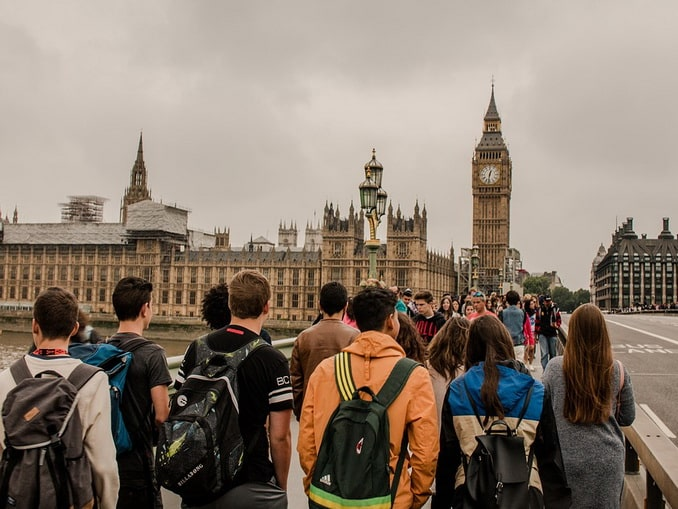 Толпа студентов в Лондоне