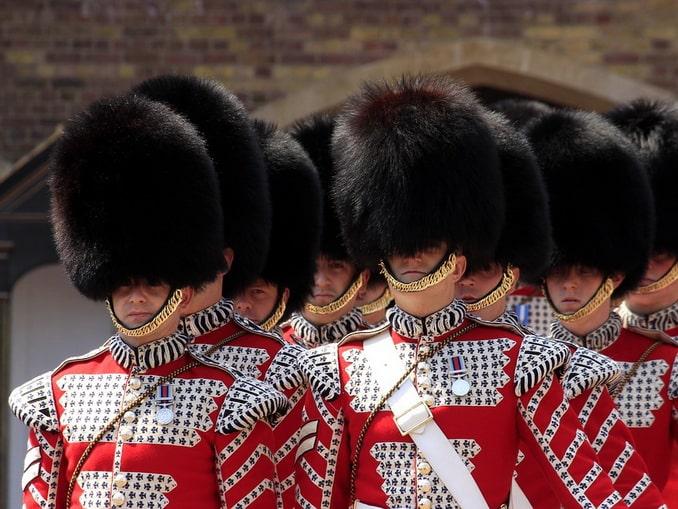 Английские гвардейцы - из-под меховой шапки Лондона не увидишь