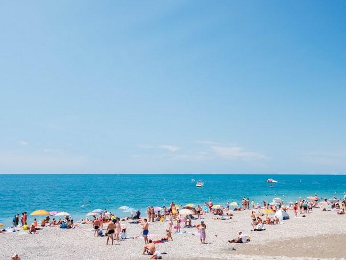 Пляж в Сочи в мае