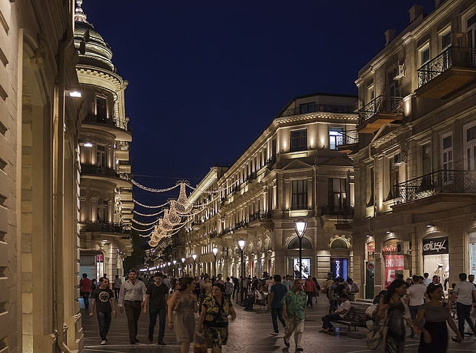 Баку, пешеходная улица, фото AlixSaz