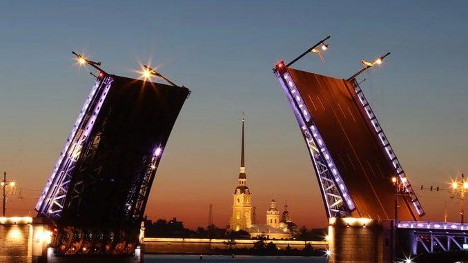Дворцовый мост в Санкт-Петербурге в июне - ночь
