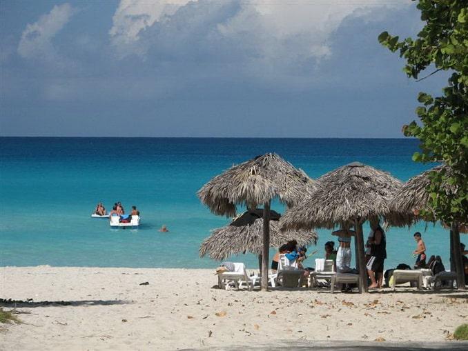 Варадеро, Куба - отдыхающие на пляже