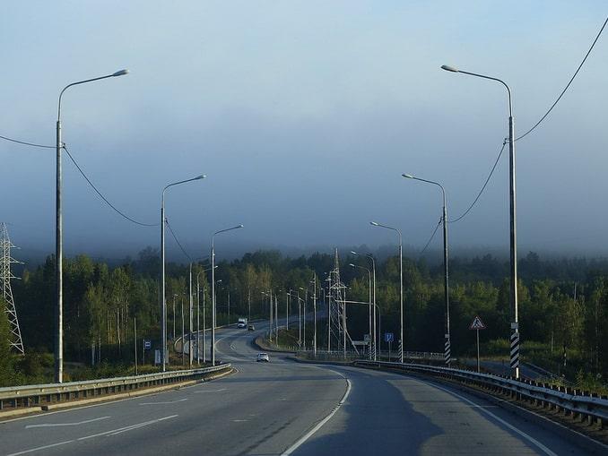 Дорога в Финляндии недалеко от границы с Россией