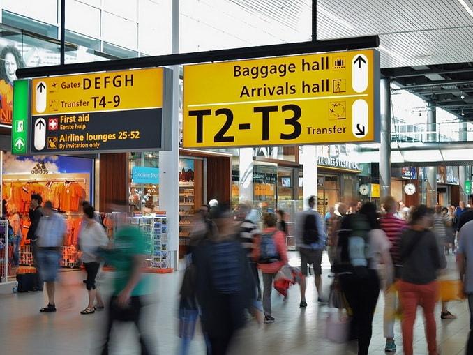 Терминал аэропорта, туристы
