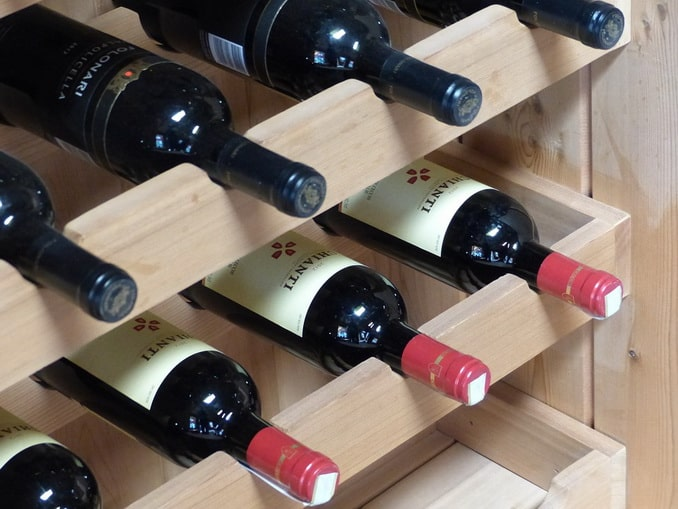 Вино на полке в магазине