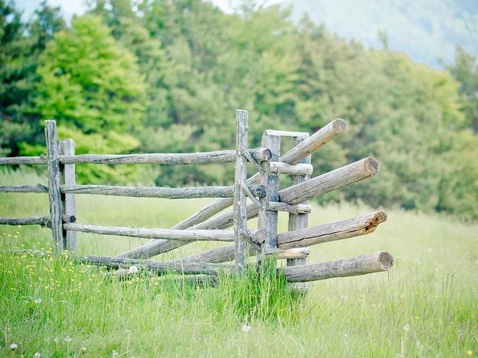 Забор на лугу, Италия