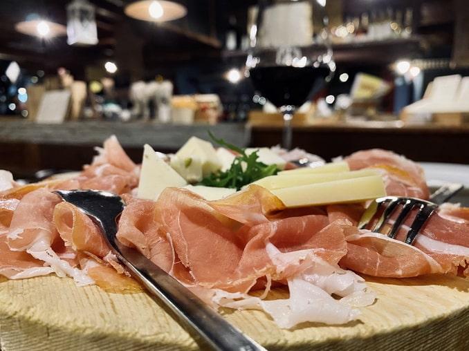 Сыры, прошутто и вино из Италии