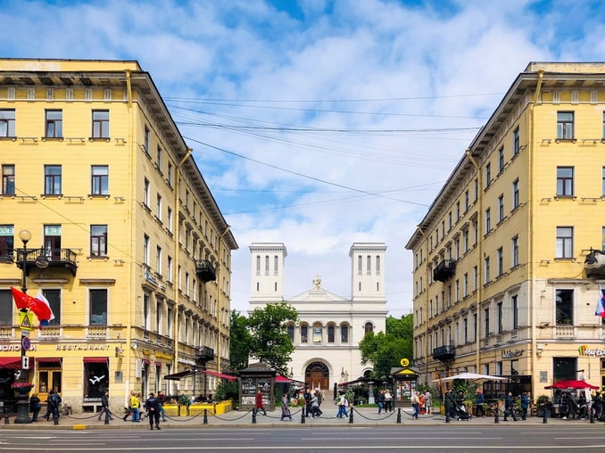 Невский проспект в Санкт-Петербурге летом
