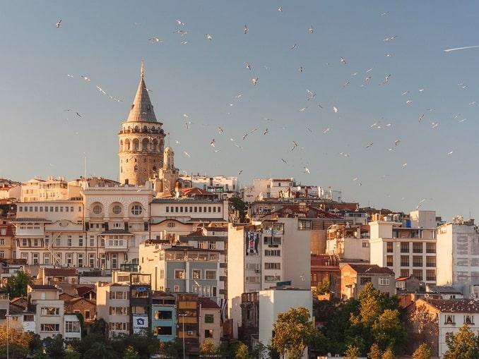 Галатскую башню вы увидите во время морской прогулки по Босфору