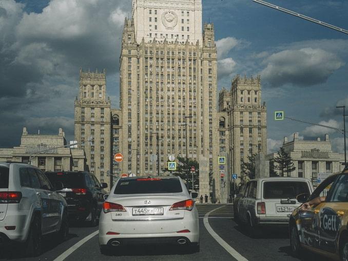 Москва, высотка МИДа, машины