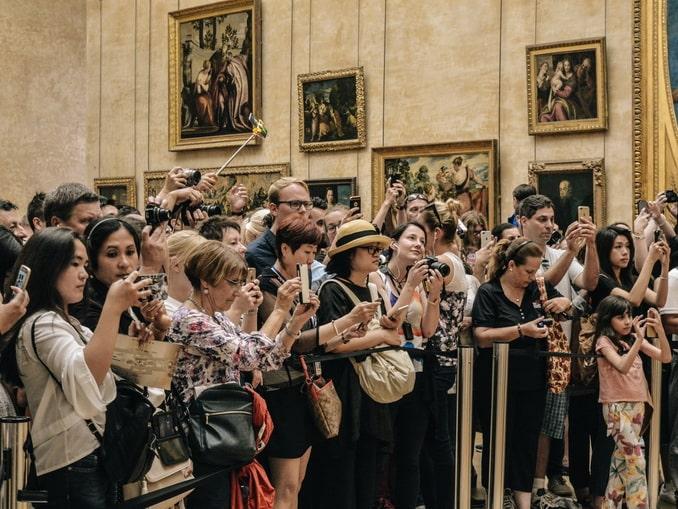 Посетители перед Джокондой, музей Лувр в Париже