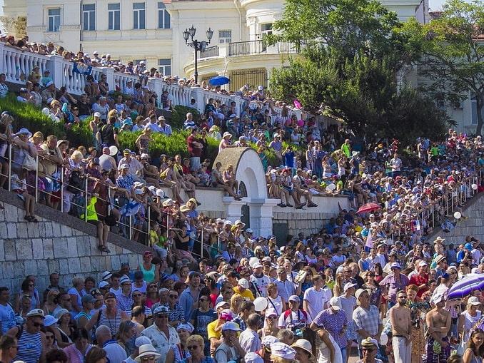 Толпа на набережной в Севастополе, День ВМФ